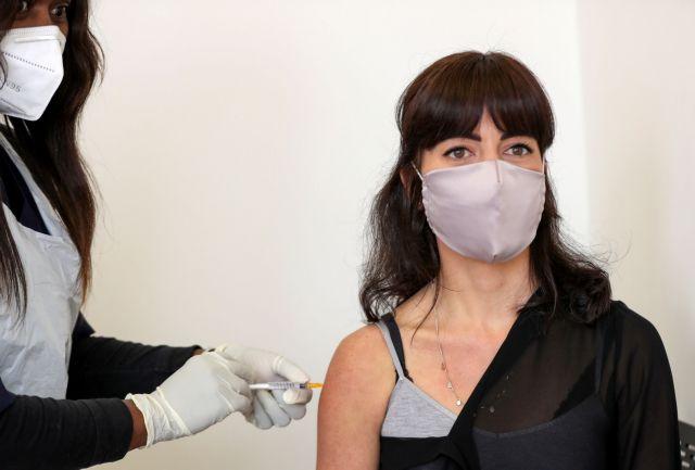 Δοκιμή εμβολίων στη Βρετανία: Θα μολύνουν υγιείς εθελοντές με κοροναϊό