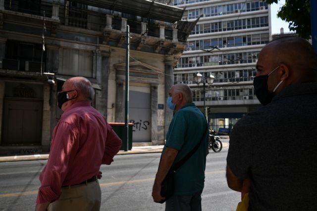 Κοροναϊός : Ανοιχτό ενδεχόμενο για μάσκα στον δρόμο αφήνουν οι επιδημιολόγοι