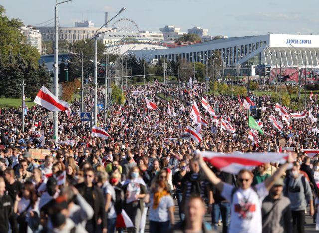 «Ξεκουμπίσου»: Δεκάδες χιλιάδες διαδηλωτές στη Λευκορωσία ζητoύν την παραίτηση Λουκασένκο [Εικόνες]