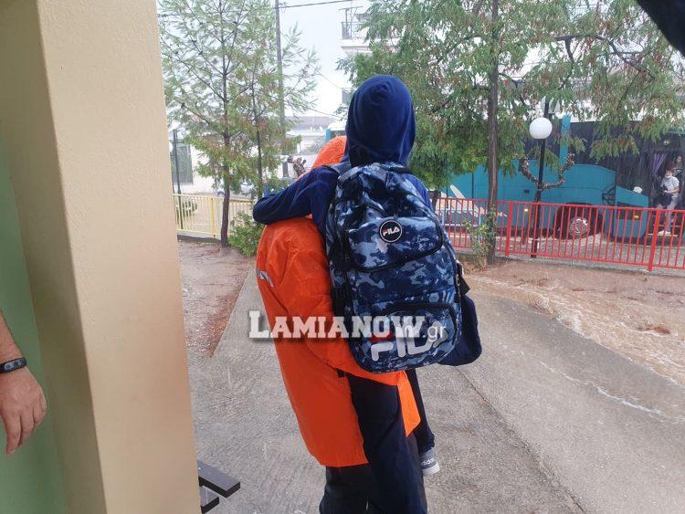 Λουτρά Υπάτης: Πυροσβέστες έβγαλαν αγκαλιά μαθητές από δημοτικό σχολείο