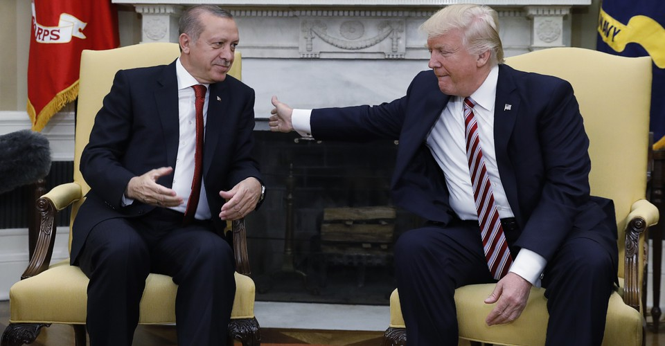 Μενέντεζ : Ζητά επίσημα να κατατεθούν τα αρχεία επαφών Τραμπ – Ερντογάν