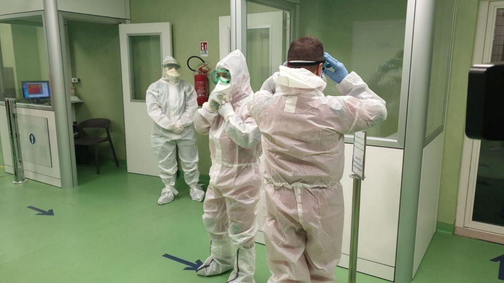Κοροναϊός : «Επιστρατεύονται» ιδιωτικά και στρατιωτικά νοσοκομεία
