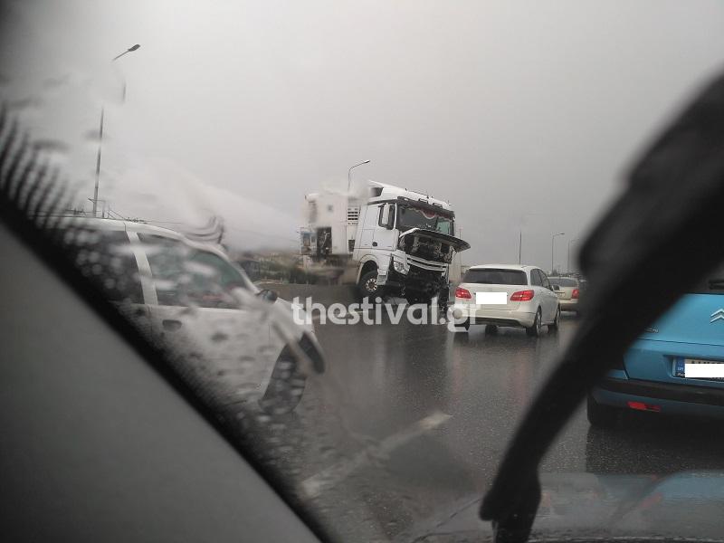 Τροχαίο στο Δερβένι Θεσσαλονίκης – Δίπλωσε νταλίκα