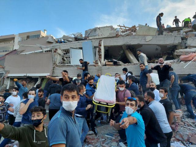 Σεισμός – Σμύρνη : Μάχη κάτω από τα συντρίμμια – Νεκροί και εκατοντάδες τραυματίες