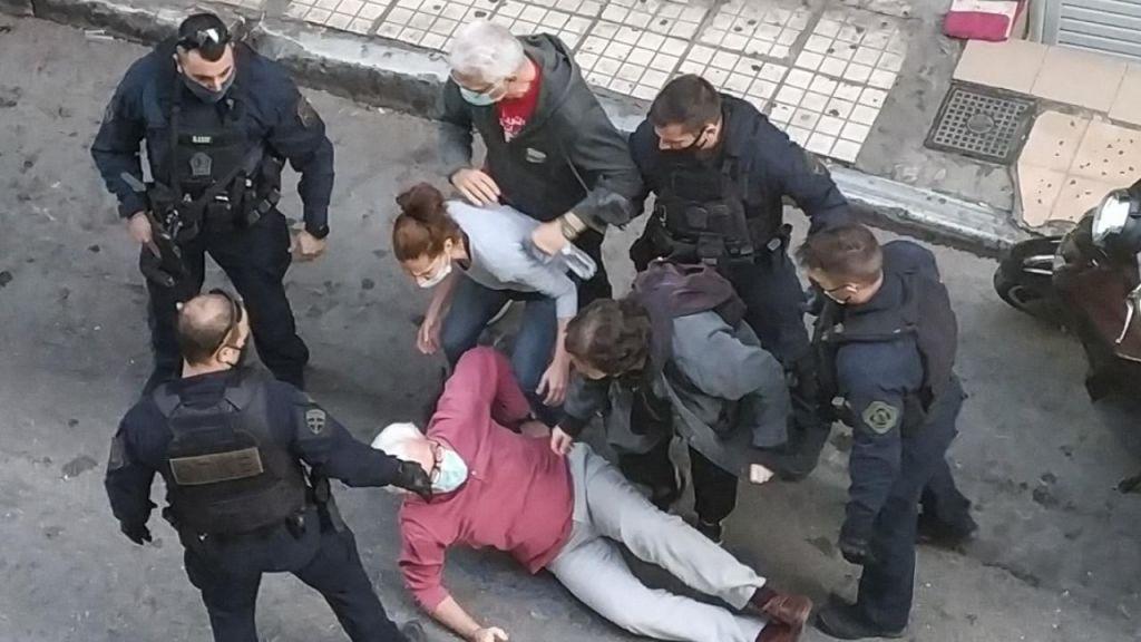 Αστυνομική επίθεση κατά στελεχών του καταγγέλλει το ΣΕΚ