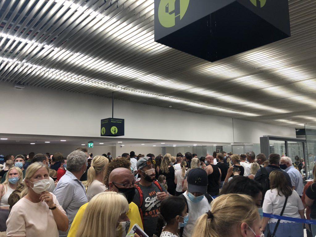 Ρόδος : Απίστευτες εικόνες συνωστισμού το Σάββατο στο αεροδρόμιο
