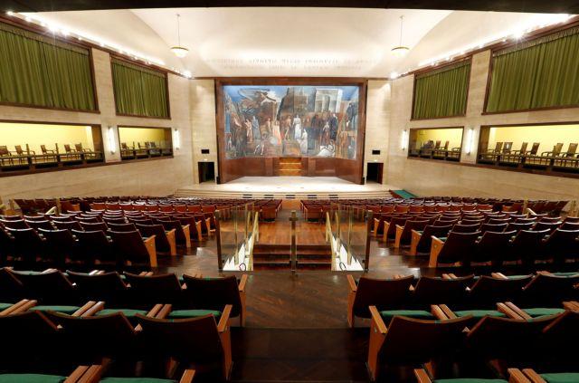 Το κράτος θα αγοράζει τις κενές θέσεις σε θέατρα, σινεμά και ΚΤΕΛ