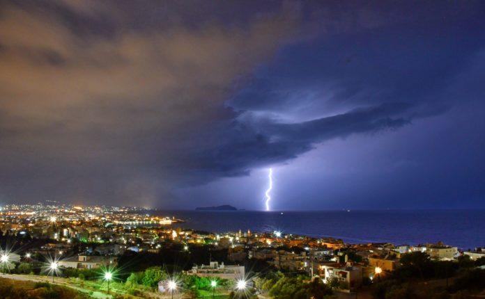 Κακοκαιρία στην Κρήτη : Ανοιξαν οι ουρανοί στα Χανιά – Επεσε χαλάζι
