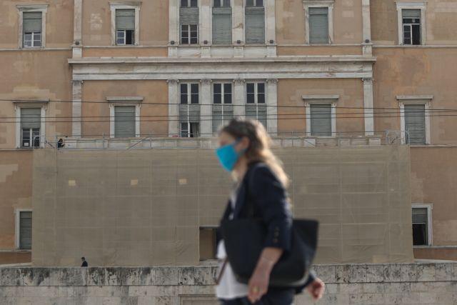 Κοροναϊός : Με μάσκες παντού και νυχτερινή απαγόρευση κυκλοφορίας «ξορκίζουν» το lockdown