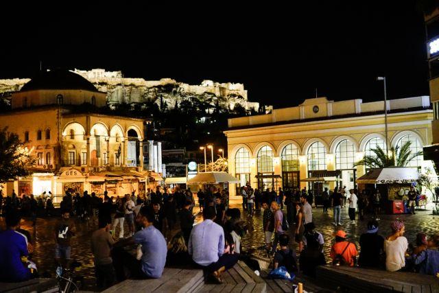 Κοροναϊός : «Βούλιαξαν» οι πλατείες το τελευταίο βράδυ «ελευθερίας» – Σε νυχτερινή καραντίνα πλέον 5,5 εκατ. πολίτες