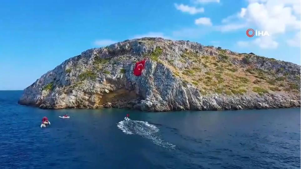Τουρκία : Απίστευτη πρόκληση – Ύψωσαν τεράστια σημαία απέναντι από τα Ίμια