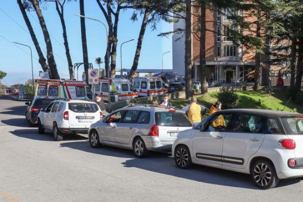 Εικόνες σοκ στην Ιταλία – Ασθενείς λαμβάνουν οξυγόνο στα αυτοκίνητα