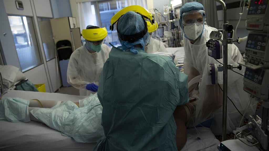 Η σκληρή πραγματικότητα ενός γιατρού στο Παπανικολάου: Οι ελλείψεις προσωπικού, οι ΜΕΘ και οι ασθενείς δύο ταχυτήτων