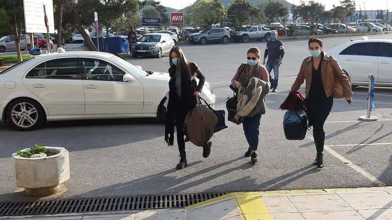 Θεσσαλονίκη : Υποδοχή με τριαντάφυλλα για τις εθελόντριες νοσηλεύτριες