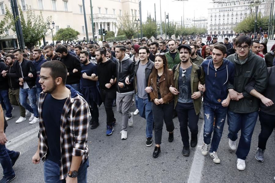Ατόπημα ΑΠΕ – ΜΠΕ με fake φωτογραφία από την πορεία του ΚΚΕ – Προβοκάτσια καταγγέλλει ο Περισσός