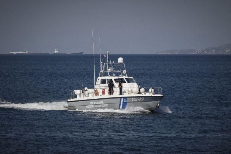 Νάξος : Φωτιά σε σκάφος που επέβαιναν 3 άτομα – Μια τραυματίας