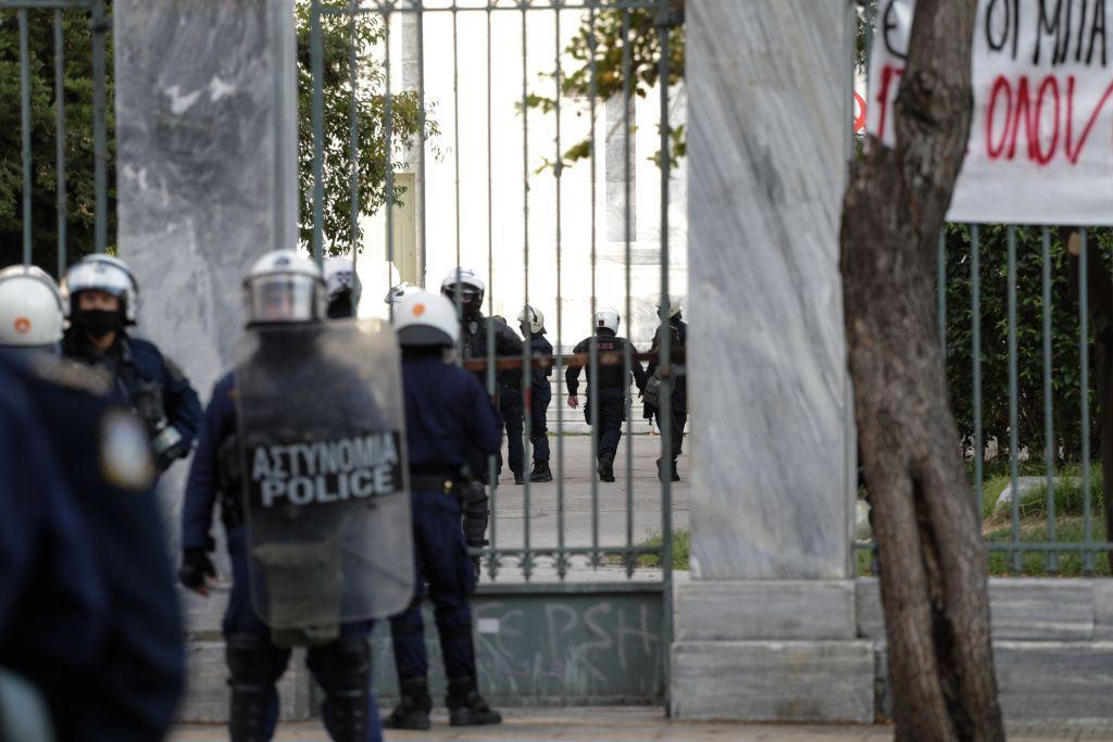 Διεθνής Αμνηστία : Η καθολική απαγόρευση των δημόσιων συναθροίσεων πρέπει να ανακληθεί αμέσως
