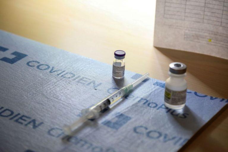 Κοροναϊός : Φουντώνουν οι αντιδράσεις των συνωμοσιολόγων καθώς ξεκίνησαν οι εμβολιασμοί