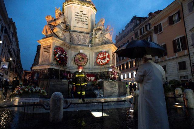 Πρωτόγνωρες εικόνες: O Πάπας πήγε αξημέρωτα στην Πιάτσα Ντι Σπάνια για να προσευχηθεί