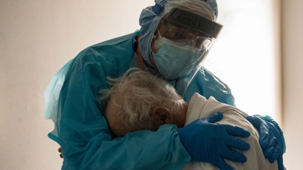 Η φωτογραφία - σύμβολο : Γιατρός αγκαλιάζει ηλικιωμένο που κλαίει στη μονάδα Covid