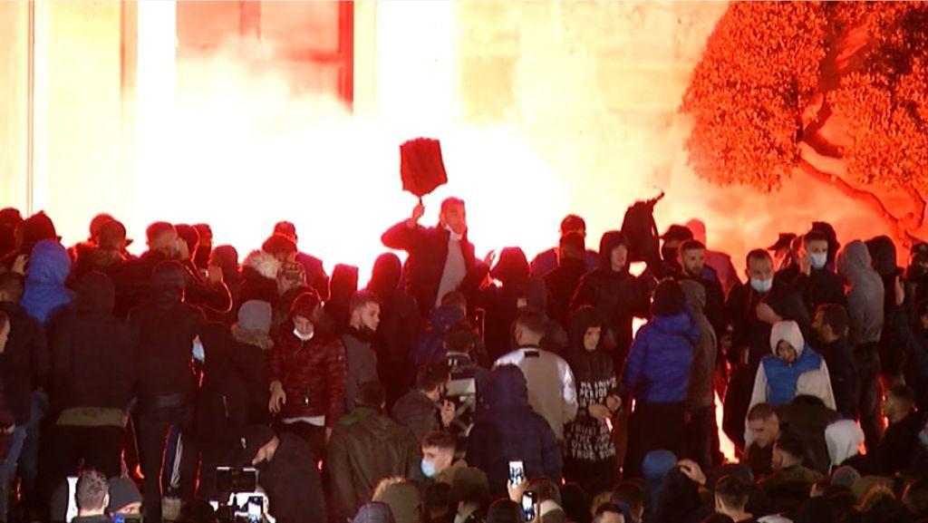 Αλβανία : Νεκρός 25χρονος από αστυνομικά πυρά – Άγρια επεισόδια έξω από το υπουργείο Εσωτερικών
