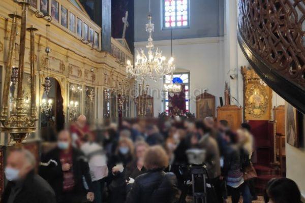 Θεοφάνια – ΣΟΚ : Αντιδράσεις για τις φοβερές εικόνες συνωστισμού έξω και μέσα στις  εκκλησίες (pics+video)