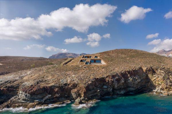 Μια εντυπωσιακή κατοικία «κρυμμένη» σε μια κάθετη πλαγιά στη Σέριφο
