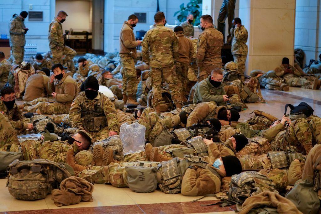 ΗΠΑ : Απίστευτες εικόνες στο Καπιτώλιο – Άνδρες της Εθνοφρουράς έχουν κάνει «κατάληψη»