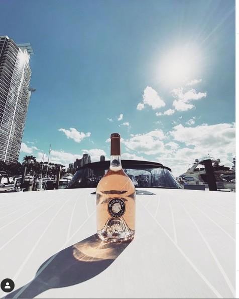 Μπραντ Πιτ : Διαφημίζει ροζέ κρασί από τον αμπελώνα του