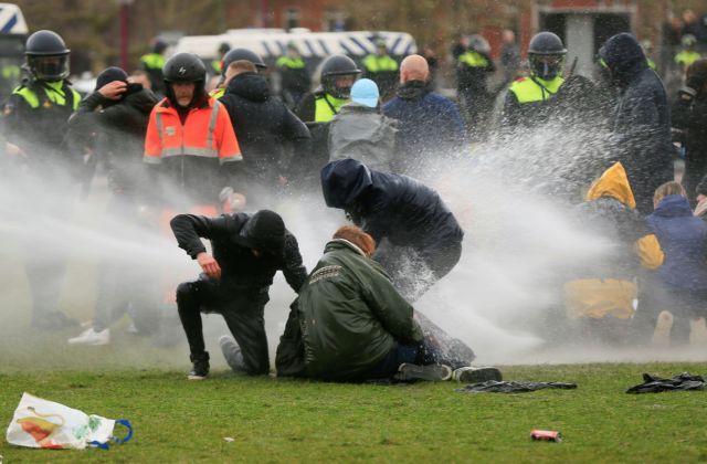 Ολλανδία : Συγκρούσεις αστυνομικών – διαδηλωτών για την απαγόρευση κυκλοφορίας