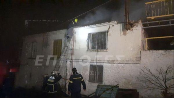 Μεγάλη πυρκαγιά : Κατέρρευσε στέγη σπιτιού - Ηλικιωμένος σώθηκε τελευταία στιγμή από γείτονες (βίντεο)