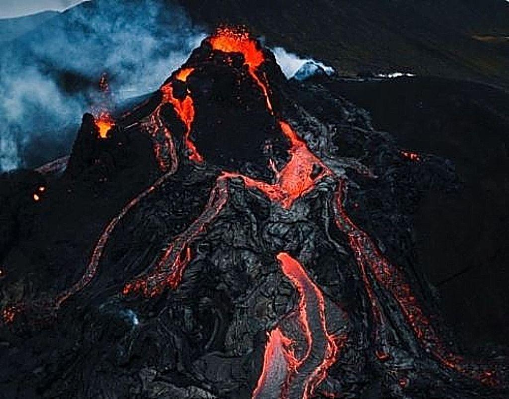 Ισλανδία : Εντυπωσιακό κοντινό πλάνο με drone καταγράφει πλάνα από τα κύματα λάβας στο ηφαίστειο