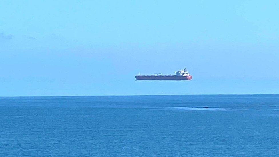 Θεαματικό «ιπτάμενο πλοίο» μοιάζει να αψηφά τους νόμους της φυσικής