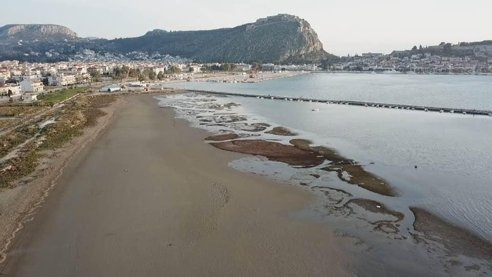 Άμπωτη : Η μείωση της στάθμης της θάλασσας οφείλεται σε μετεωρολογικά και αστρονομικά αίτια, λένε οι ειδικοί