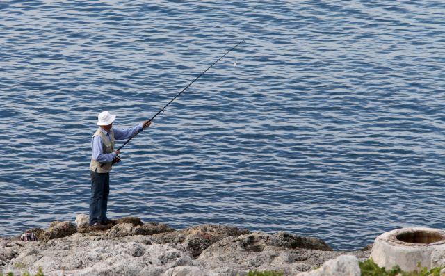 Ψάρεμα : Επιτρέπεται από το Σάββατο στους παραθαλάσσιους δήμους – Με κωδικό 6 στο 13033