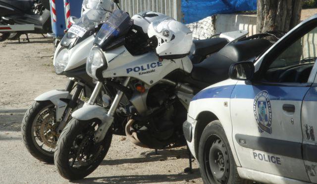 Πάτρα : Καταδρομική επίθεση μολότοφ και γκαζάκια στο πάρκινγκ της αστυνομίας – Κάηκαν οχήματα