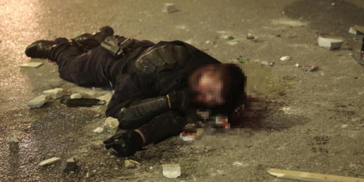Νέα Σμύρνη : Οδομαχίες και πρωτοφανή επεισόδια – Η στιγμή της επίθεσης στον αστυνομικό, τον χτυπούσαν επί 2,5 λεπτά