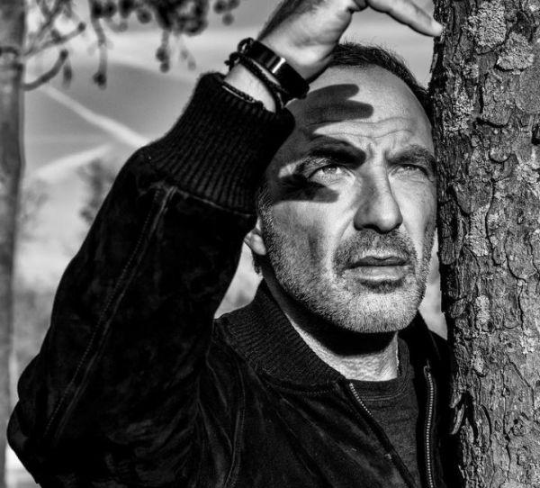 Νίκος Αλιάγας: Το πάθος για τον φακό, η «δύσκολη» Τζολί και το προφητικό «κλικ» Daft Punk