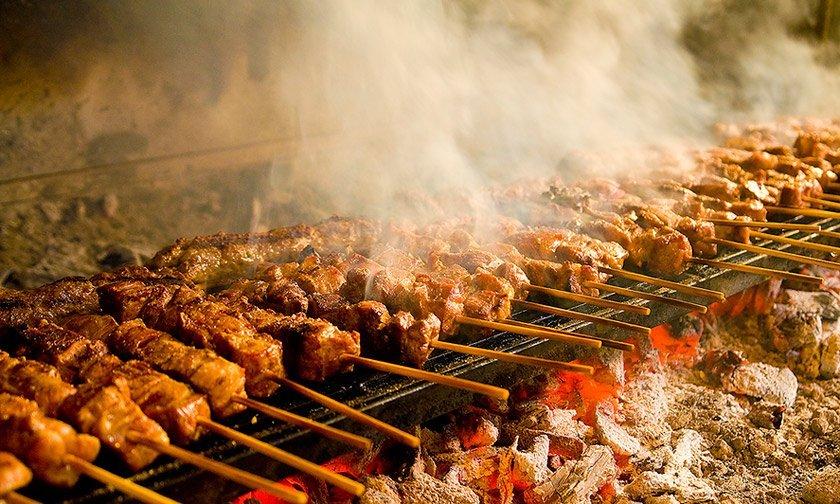 Τσικνοπέμπτη σε… καραντίνα – Πήραν φωτιά οι ψησταριές & τα delivery
