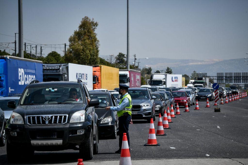 Lockdown: Απέλπιδα προσπάθεια να περάσουν τα διόδια – Κάνουν… ακόμα και παζάρια με τους αστυνομικούς