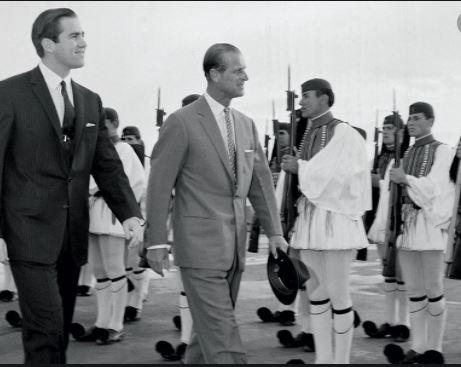 Πρίγκιπας Φίλιππος: Σπάνιες φωτογραφίες από την επίσκεψή του στην Ελλάδα το 1965 με τη μητέρα του