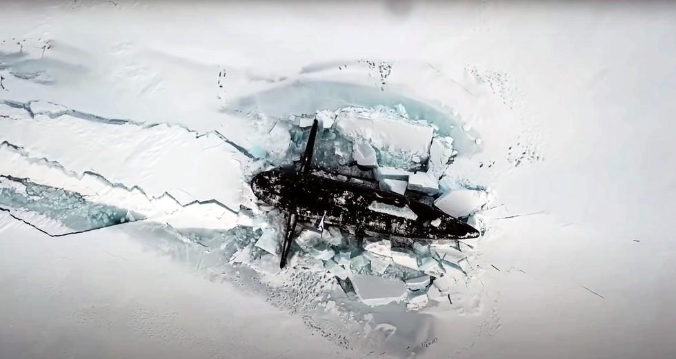 Πυρηνικά ρωσικά υποβρύχια αναδύονται από τους πάγους σε θεαματικό βίντεο από την Αρκτική