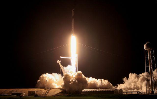 Επέστρεψε στη Γη η κάψουλα της SpaceX – Η εντυπωσιακή στιγμή της προσθαλάσσωσης