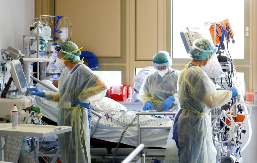 Κοροναϊός: Σχεδόν οι μισοί βγαίνουν από το νοσοκομείο σε κακή κατάσταση