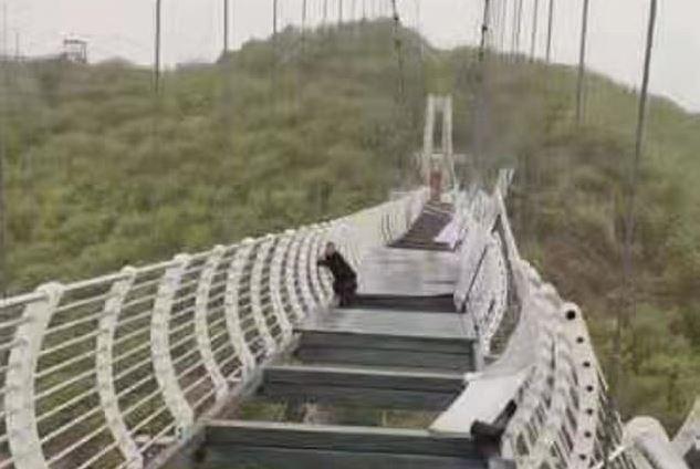 Κίνα: Τουρίστας κρατιέται σε γυάλινη γέφυρα που καταστράφηκε από τους ανέμους