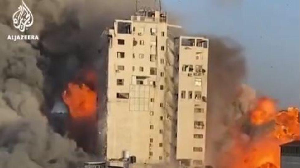 Ισραήλ: Βομβαρδίζει κτίρια που στεγάζουν ΜΜΕ – Η συγκλονιστική στιγμή που καταρρέει κτίριο στη Γάζα
