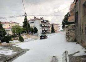 Κοζάνη: Απίστευτες εικόνες – Άσπρισαν τα πάντα από το χαλάζι