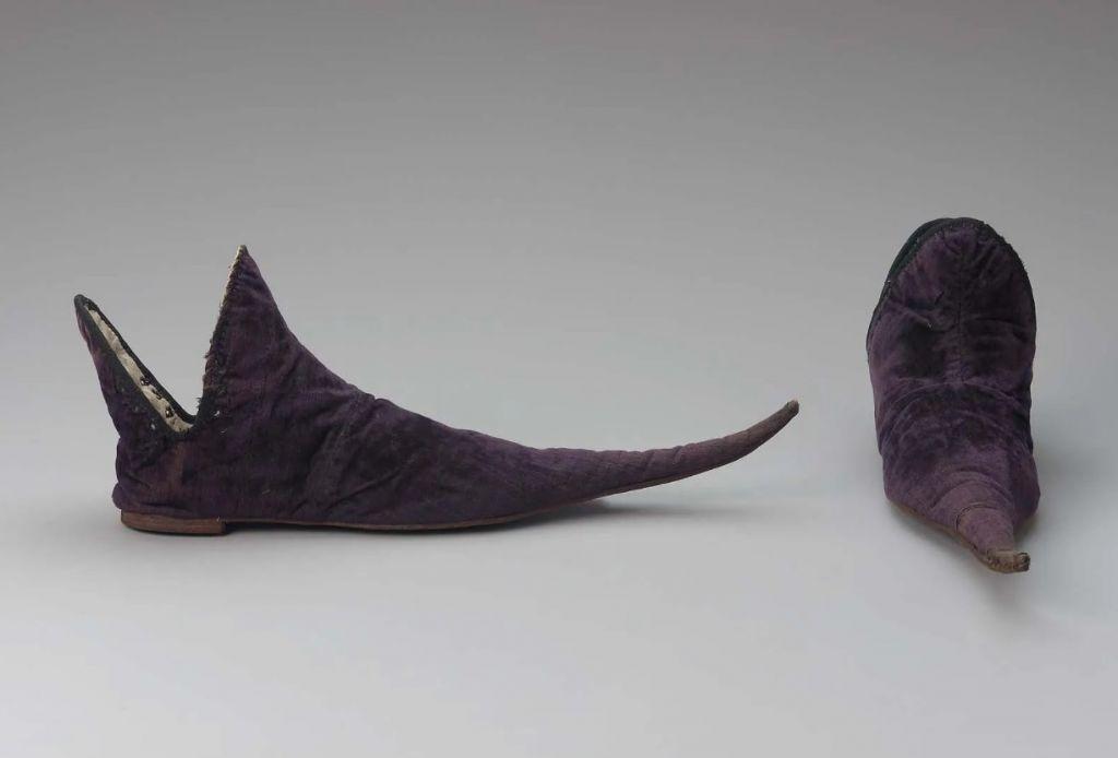 Τι είναι ο πόνος μπρος στα κάλλη: Οι Βρετανοί του Μεσαίωνα πλήρωσαν ακριβά τη μόδα των μυτερών παπουτσιών