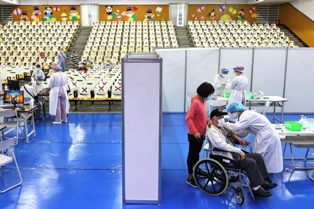 Κοροναϊός: Πώς «κινούνται» τα αντισώματα σε εμβολιασμένους – Τι δείχνει νέα έρευνα