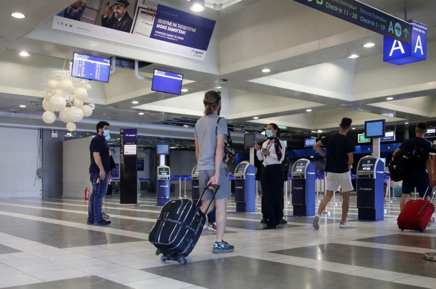 Covid-19: Πιθανή άρση της καραντίνας για εμβολιασμένους Βρετανούς που επισκέπτονται την Ελλάδα